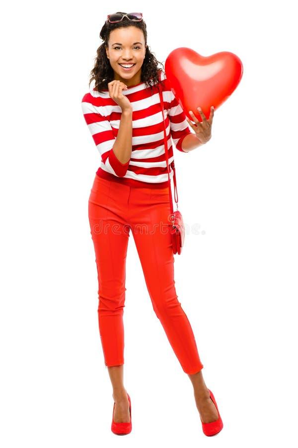 Retrato do dia de Valentim da mulher da raça consideravelmente misturada que guardara h vermelho foto de stock royalty free