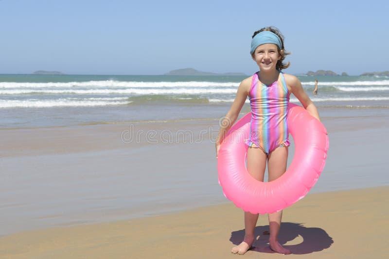 Retrato do divertimento do verão: criança na praia imagem de stock