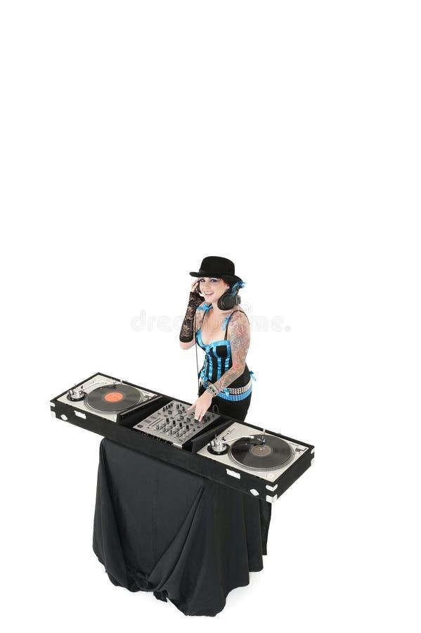 Retrato do DJ novo com o chapéu vestindo de mistura do equipamento do som sobre o fundo branco imagens de stock