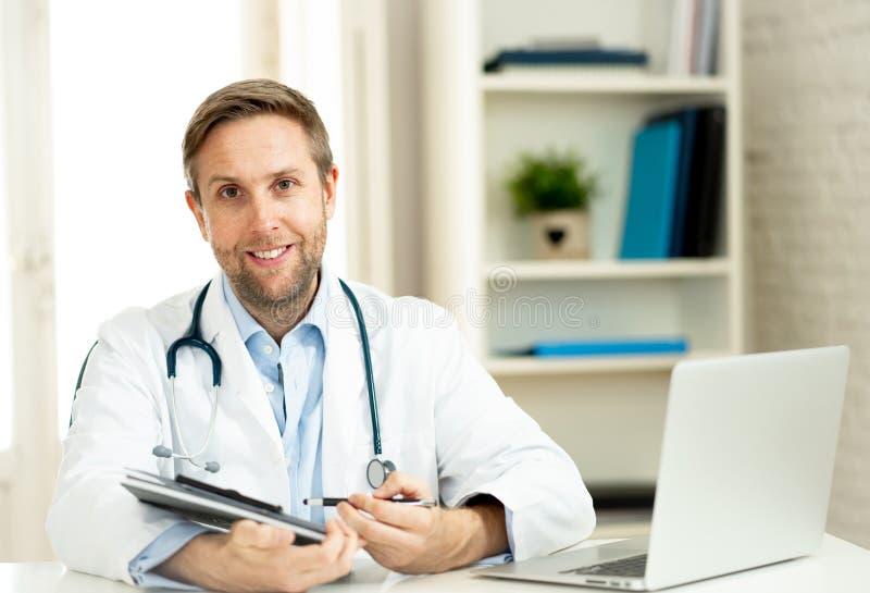 Retrato do doutor bem sucedido do especialista que trabalha no escritório do hospital que olha feliz e seguro imagens de stock