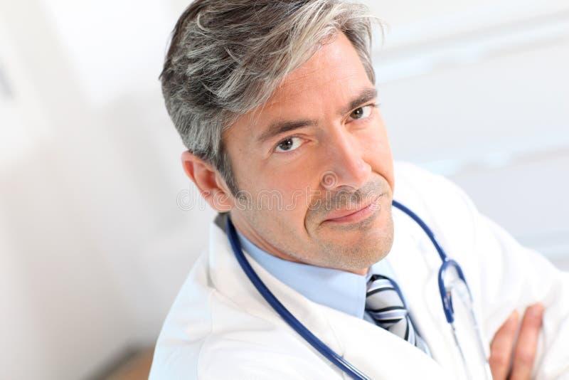 Retrato do doutor considerável fotografia de stock royalty free