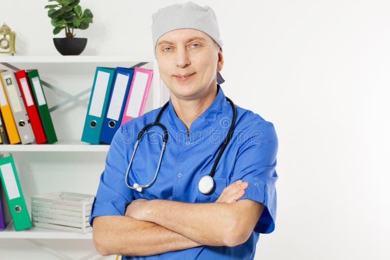 Retrato do doutor de sorriso que levanta com o escrit?rio, est? vestindo um estetosc?pio, o espa?o da c?pia para o logotipo ou o  fotos de stock