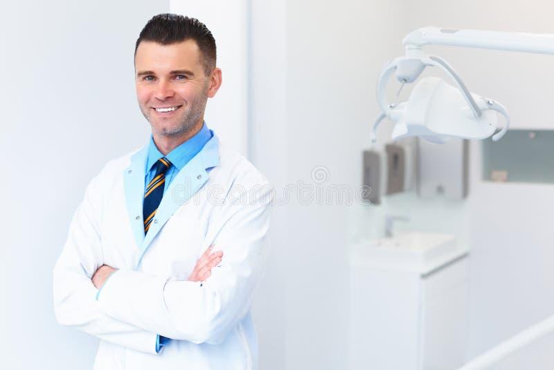 Retrato do doutor do dentista Homem novo em seu local de trabalho Clin dental imagem de stock royalty free