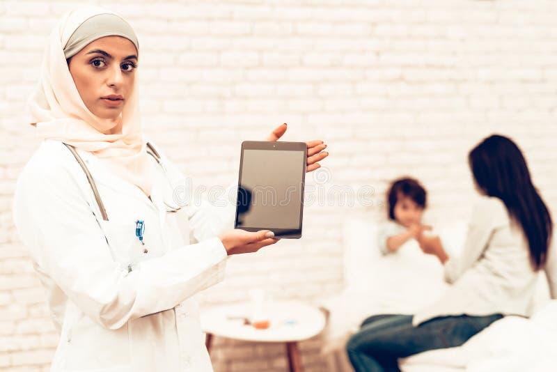Retrato do doutor fêmea árabe Holding Ipad fotografia de stock