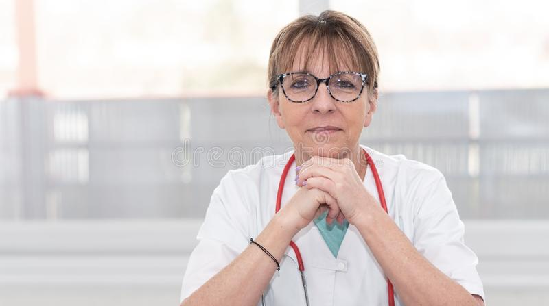 Retrato do doutor f?mea fotografia de stock