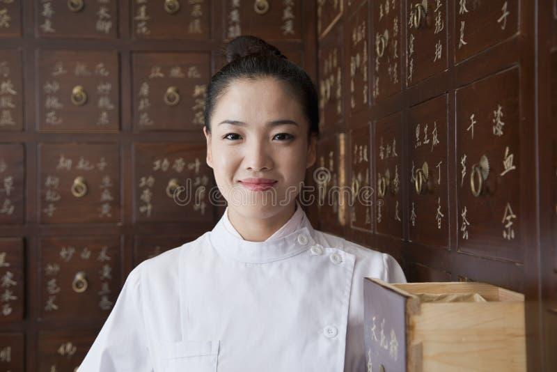 Retrato do doutor In Front do armário de medicina do chinês tradicional imagem de stock