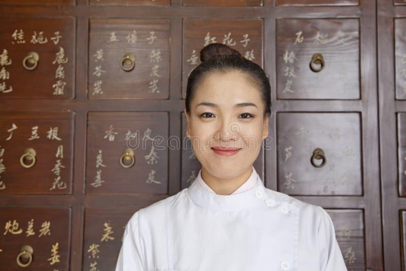 Retrato do doutor In Front do armário de medicina do chinês tradicional imagens de stock royalty free