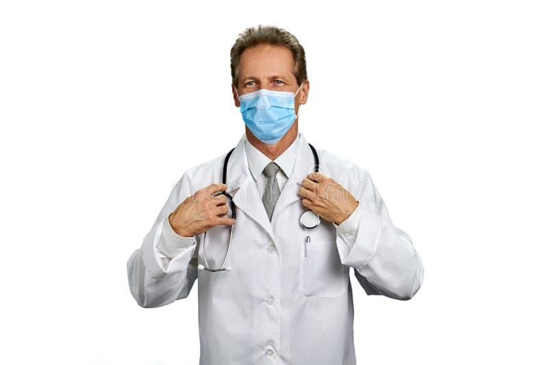 Retrato do doutor maduro na máscara protetora fotografia de stock