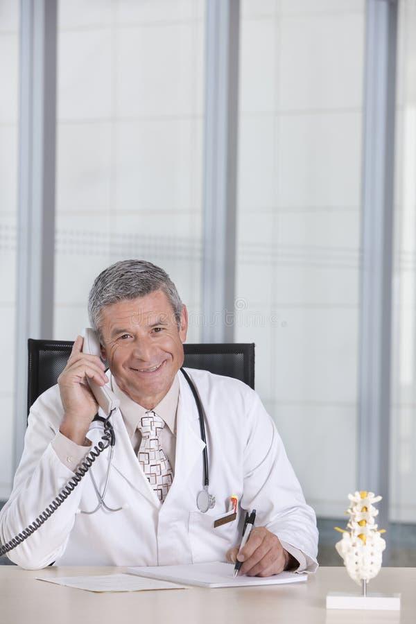 Retrato do doutor masculino foto de stock royalty free