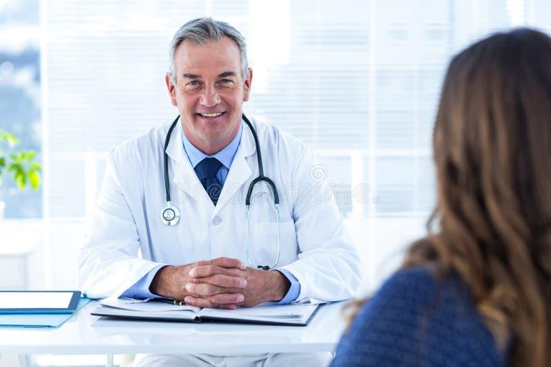 Retrato do doutor masculino com a mulher no hospital fotos de stock royalty free