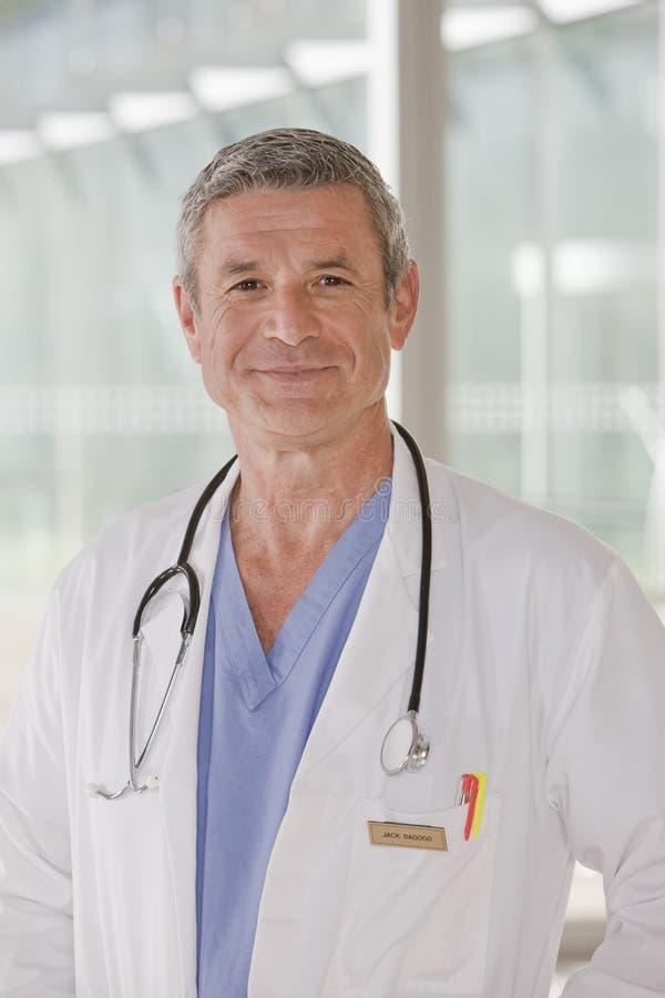 Retrato do doutor masculino de sorriso fotografia de stock
