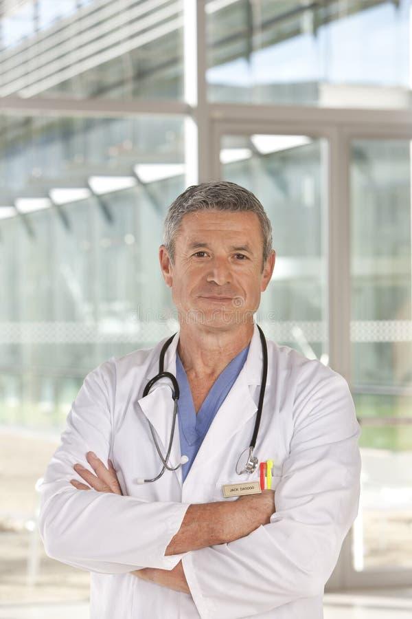 Retrato do doutor masculino de sorriso foto de stock