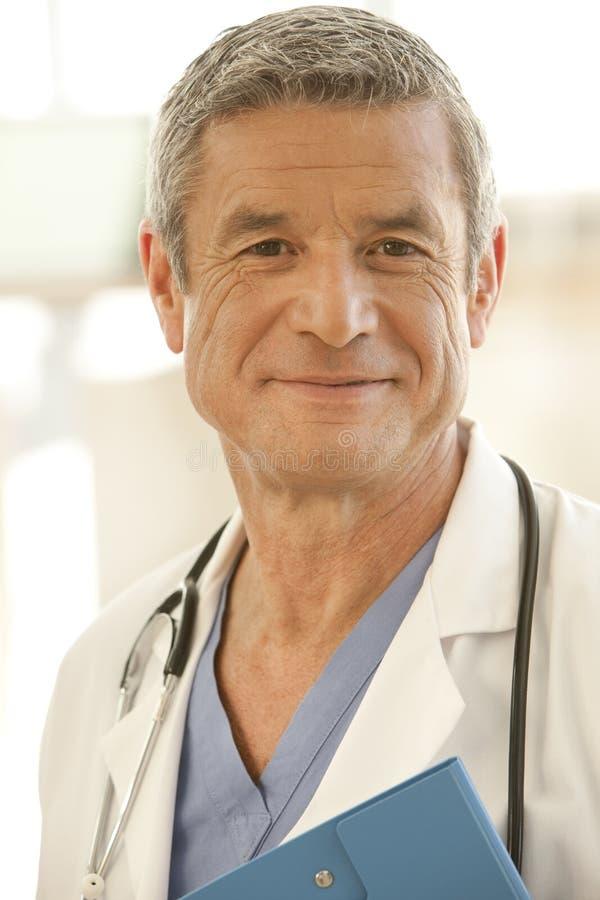 Retrato do doutor masculino de sorriso fotografia de stock royalty free