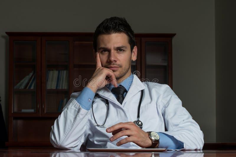 Retrato do doutor masculino novo fotos de stock