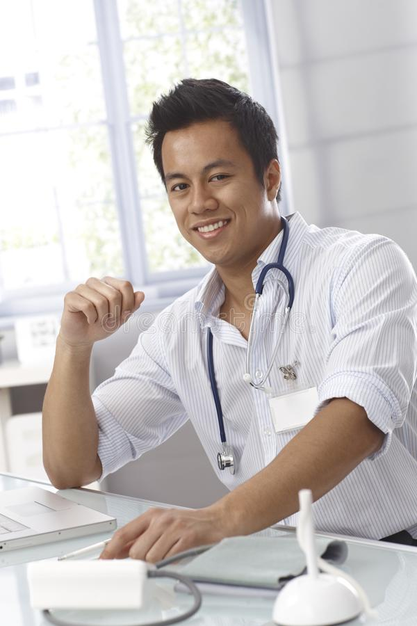 Retrato do doutor masculino novo imagem de stock
