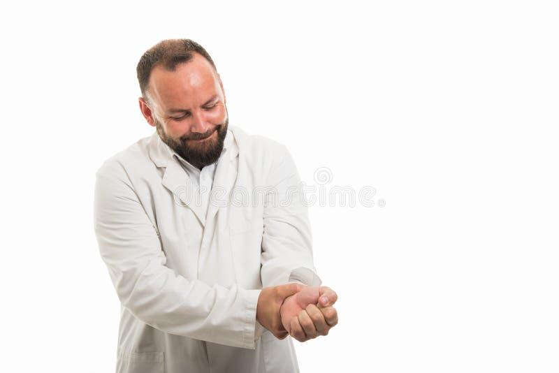 Retrato do doutor masculino que mostra o gesto da dor do pulso imagens de stock royalty free