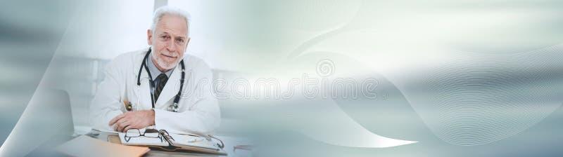 Retrato do doutor superior masculino; bandeira panorâmico fotografia de stock