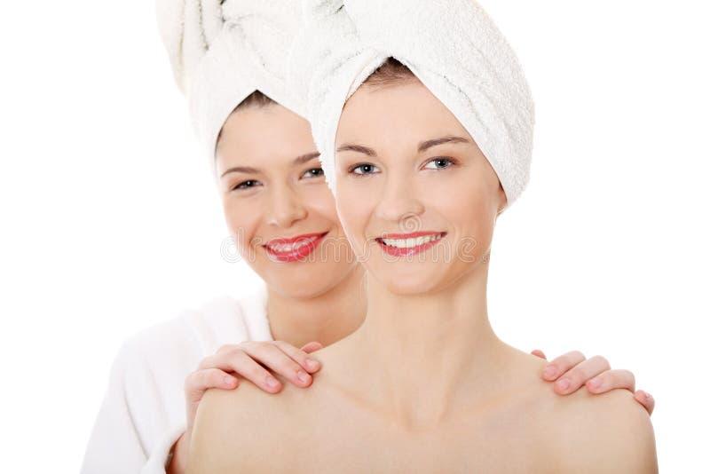 Retrato do duas mulheres novas 'sexy' bonitas fotos de stock royalty free
