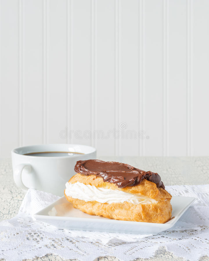 Retrato do Eclair de chocolate fotografia de stock royalty free