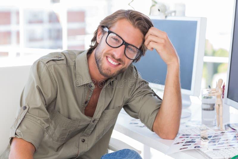 Retrato do editor de fotos de sorriso considerável fotos de stock