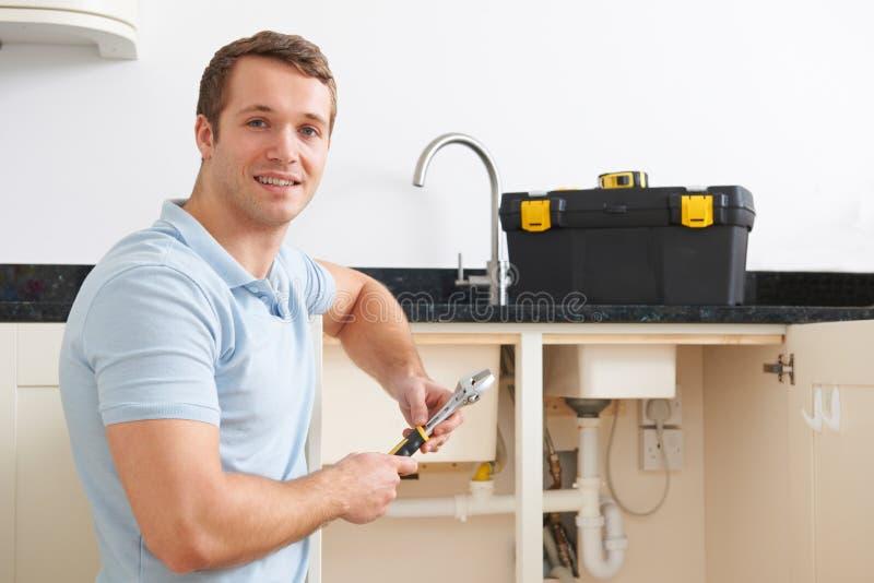 Retrato do encanador Fixing Sink fotografia de stock
