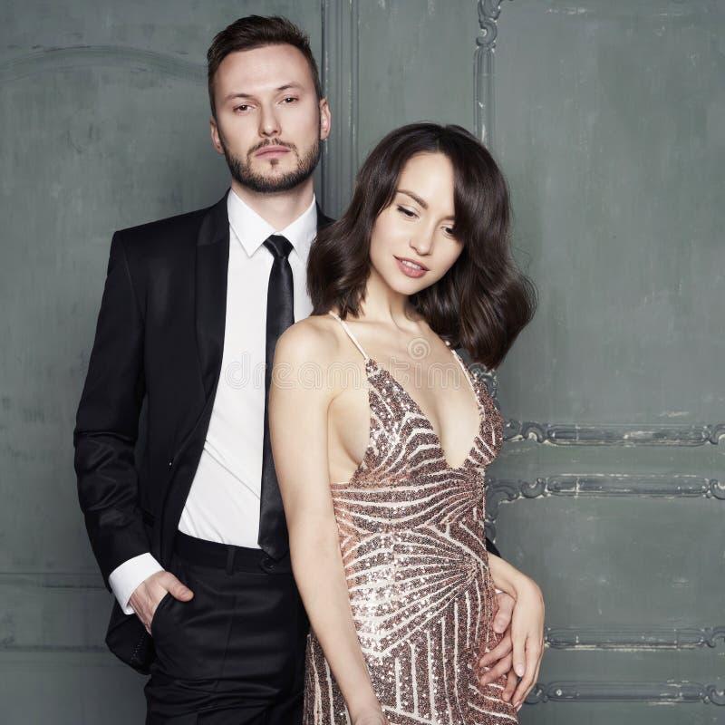 Retrato do encanto de amantes novos 'sexy' Homem elegante elegante e mulher imagens de stock