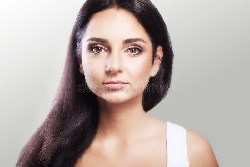 Retrato do encanto de uma mulher bonita com uma composição diária fresca e um penteado ondulado romântico Highlighter brilhante d imagem de stock