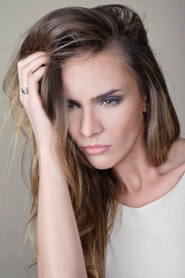 Retrato do encanto do modelo bonito da mulher com composição diária fresca e penteado ondulado romântico Highlighter brilhante da fotografia de stock