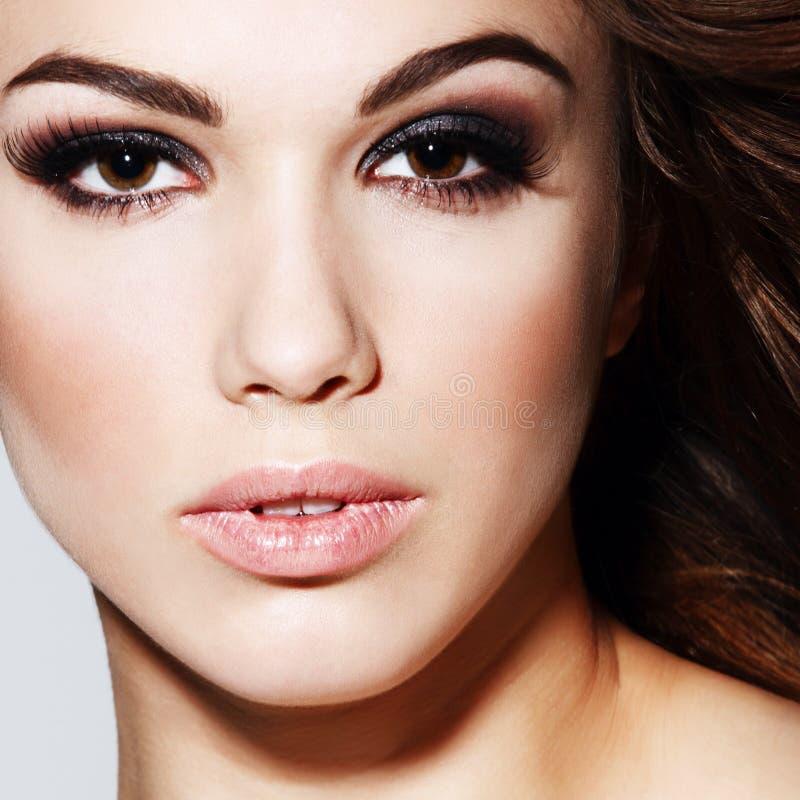 Retrato do encanto do modelo bonito da mulher com fre fotografia de stock