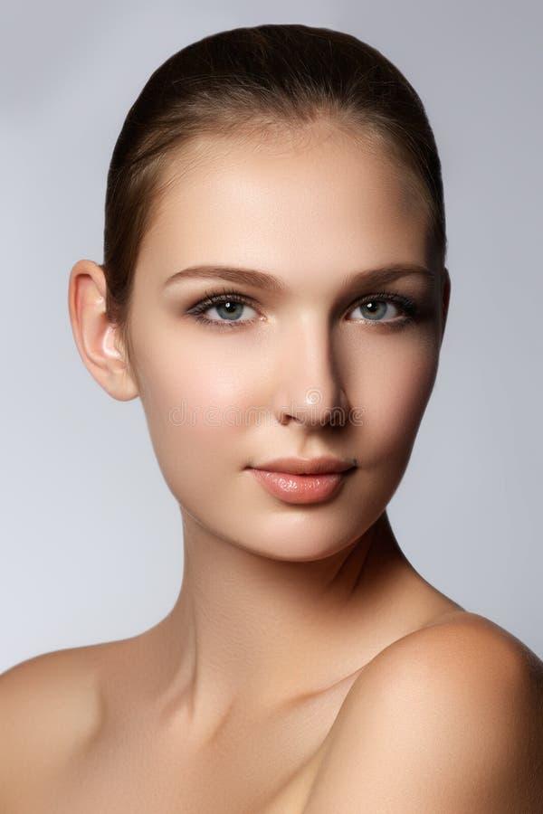 Retrato do encanto do modelo bonito da mulher com o makeu diário fresco fotografia de stock royalty free