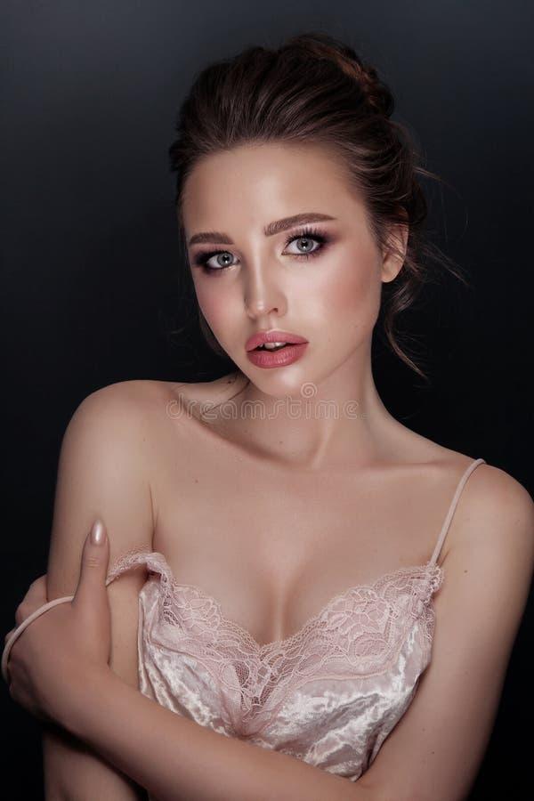 Retrato do encanto do modelo bonito com composição diária fresca e penteado romântico Forme o highlighter brilhante na pele, bord fotografia de stock