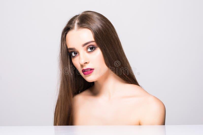 Retrato do encanto do modelo bonito da mulher com composição diária fresca e penteado ondulado romântico Highlighter brilhante da imagem de stock