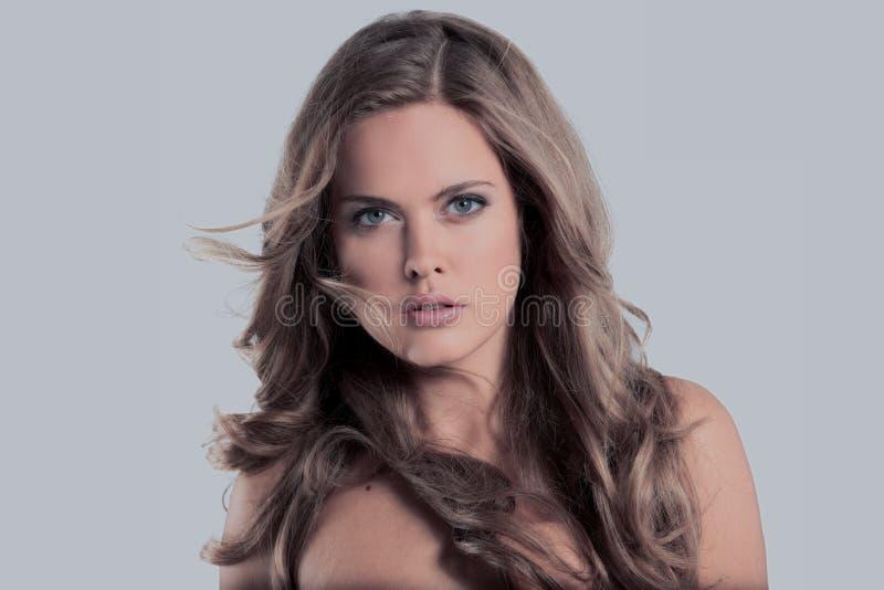 Retrato do encanto do modelo bonito da mulher com do frash o makeu diariamente fotos de stock royalty free