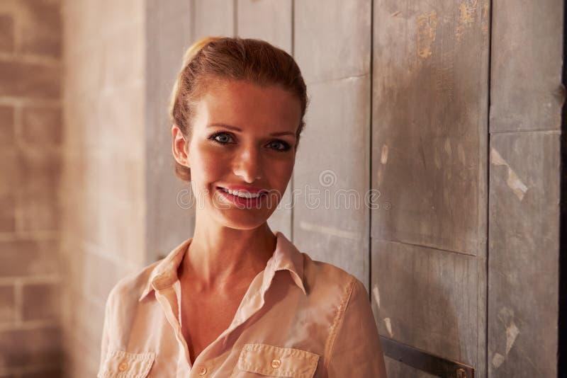 Retrato do escritório fêmea de Standing In Modern do desenhista imagens de stock royalty free