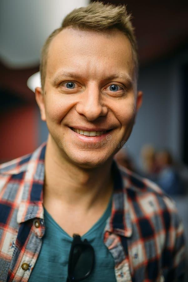 Retrato do espectador masculino de sorriso no salão do cinema foto de stock