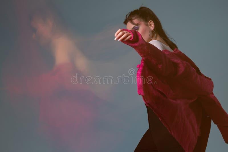 Retrato do estúdio da arte da forma da jovem mulher fotografia de stock royalty free