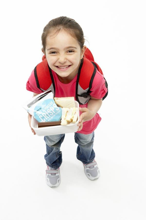 Retrato do estúdio da cesta de comida de sorriso da terra arrendada da menina fotografia de stock
