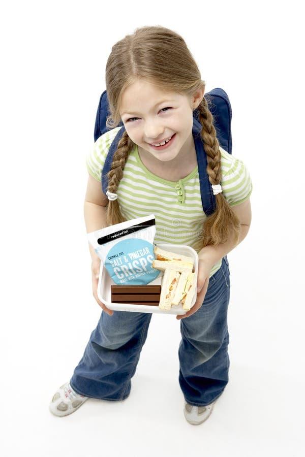 Retrato do estúdio da cesta de comida de sorriso da terra arrendada da menina fotografia de stock royalty free