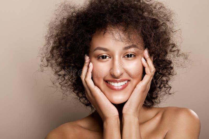 Retrato do estúdio da forma da mulher afro-americano bonita imagem de stock royalty free