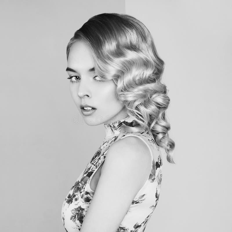 Retrato do estúdio da forma da mulher loura bonita com composição clássica imagem de stock