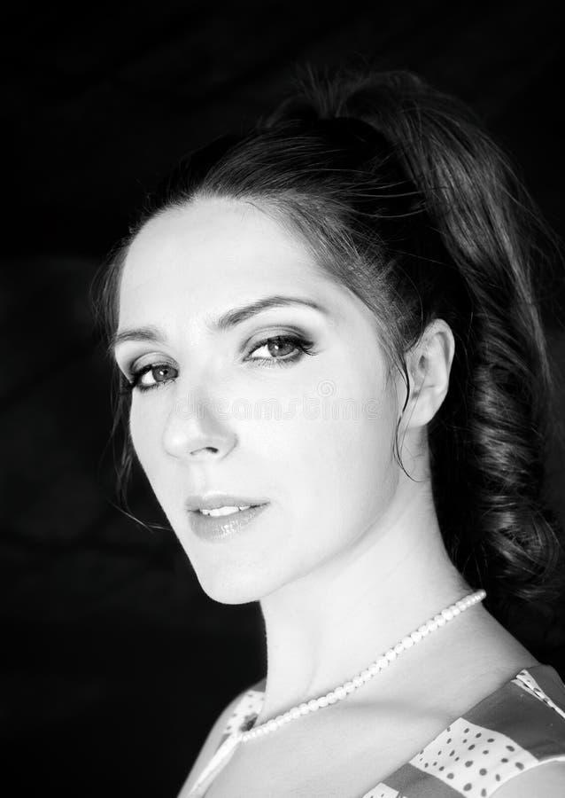 Retrato do estúdio da jovem mulher, denominação retro clássica, isolada no fundo preto fotos de stock royalty free