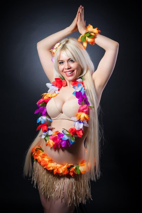 Retrato do estúdio da menina bonita no traje do hawai foto de stock