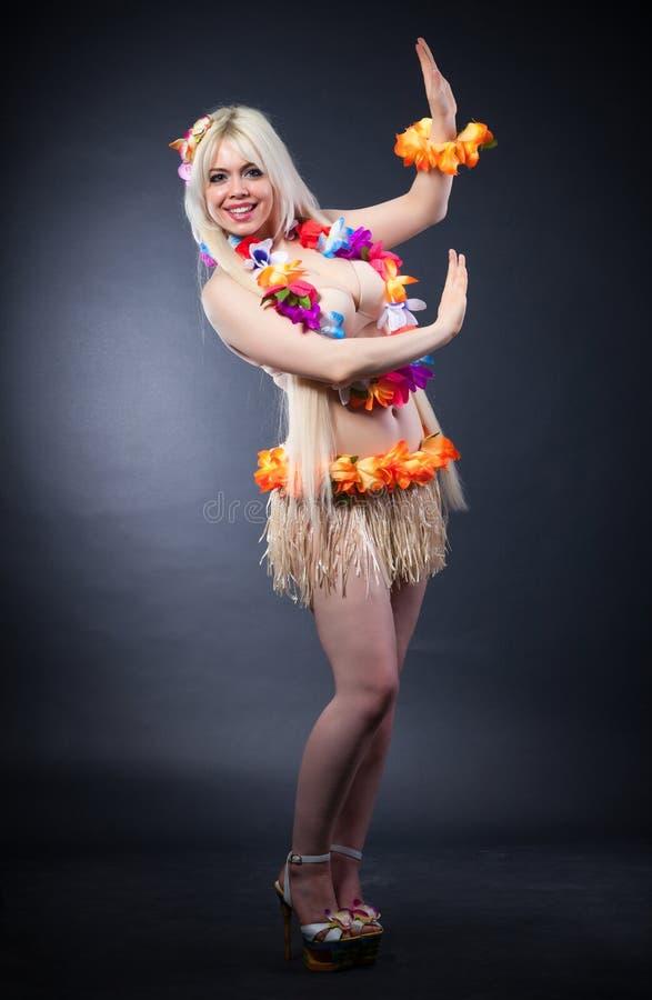 Retrato do estúdio da menina bonita no traje do hawai fotos de stock royalty free