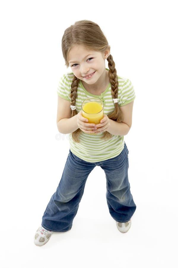 Retrato do estúdio da menina de sorriso que prende Jui alaranjado fotos de stock