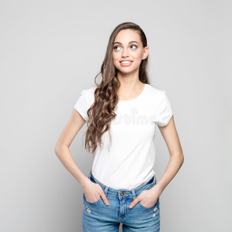 Retrato do estúdio da menina feliz do adolescente que olha afastado fotos de stock