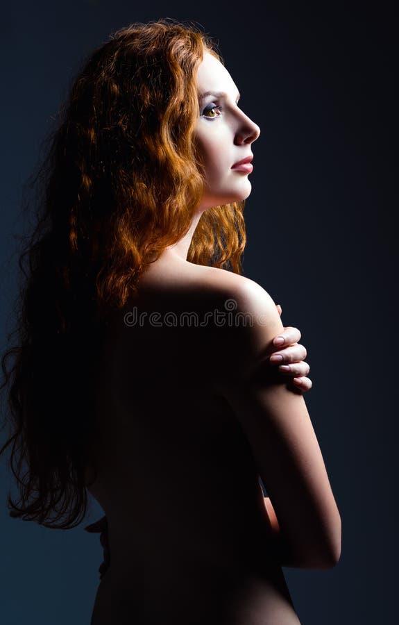 Retrato do estúdio da mulher bonita do gengibre Opinião do perfil imagens de stock royalty free