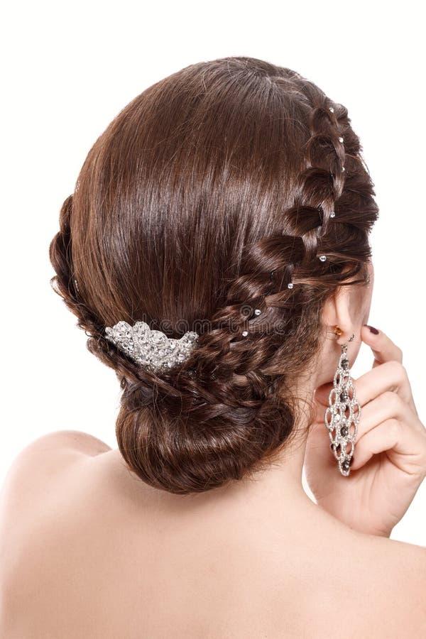Retrato do estúdio da mulher bonita nova com penteado moreno do cabelo e da trança Vista traseira Isolado no fundo branco fotografia de stock