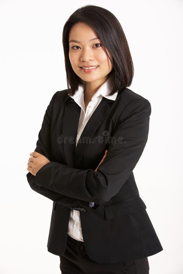 Retrato do estúdio da mulher de negócios chinesa fotos de stock royalty free