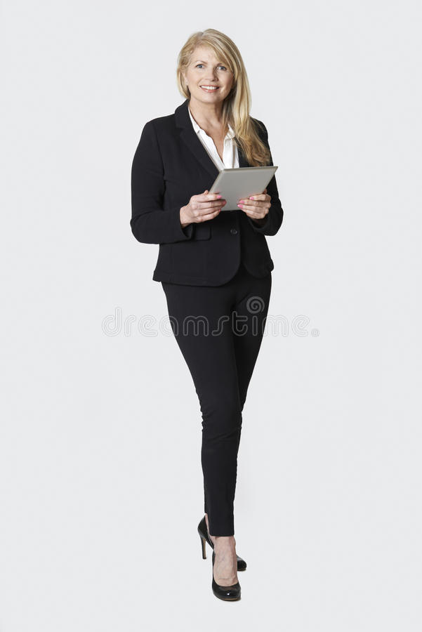 Retrato do estúdio da mulher de negócios madura Holding Digital Tablet fotos de stock royalty free