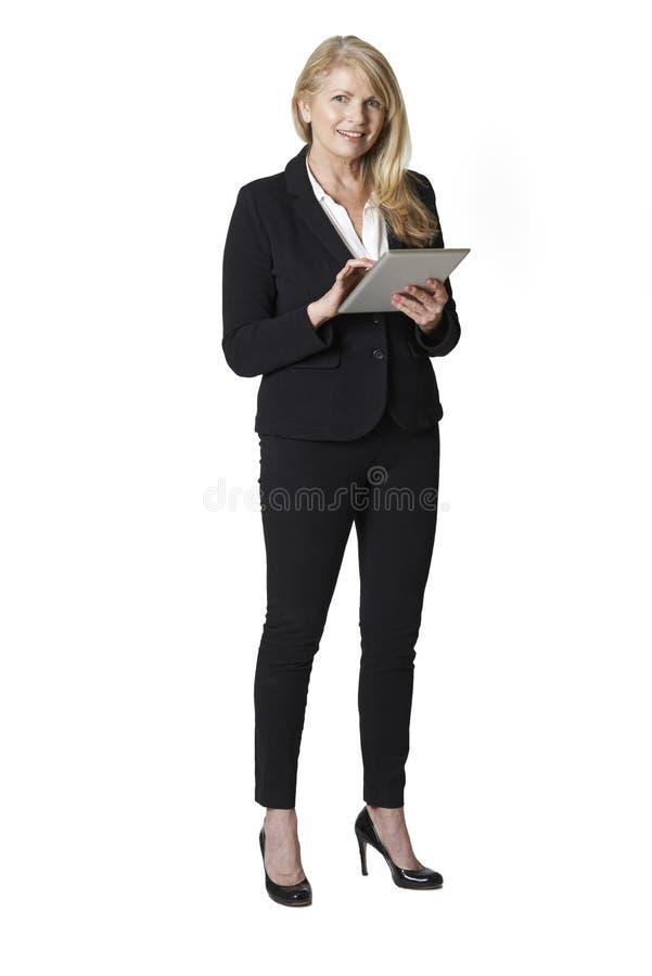Retrato do estúdio da mulher de negócios madura Holding Digital Tablet foto de stock royalty free